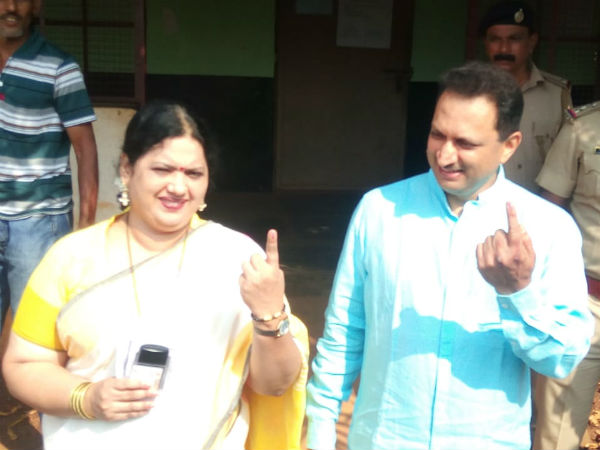 Anant Kumar Hegde cast their vote at Vivekananda Nagar booth in Sirsi