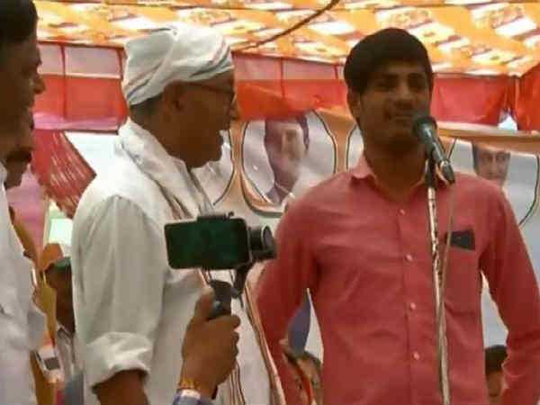 Digvijay Singh self goal, 15 lakh stunt back fires at Bhopal
