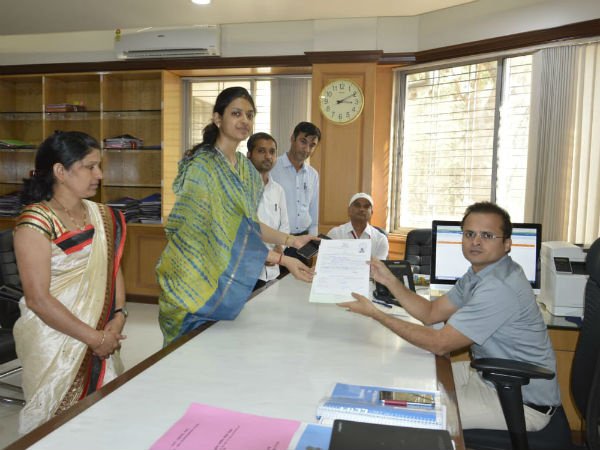 Lok Sabha elections 2019 bjp ahmednagar candidate sujay vikhe patils wife files nomination same seat