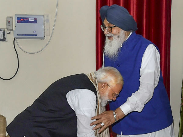 'ಬಾದಲ್' ಪಾದ ಮುಟ್ಟಿ ನಮಸ್ಕರಿಸಿದ ಮೋದಿಗೆ ಮೆಚ್ಚುಗೆಯ ಸುರಿ'ಮಳೆ'