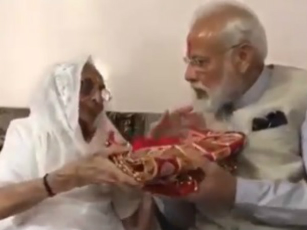 PM Modis mother blesses son and gives a gift to him