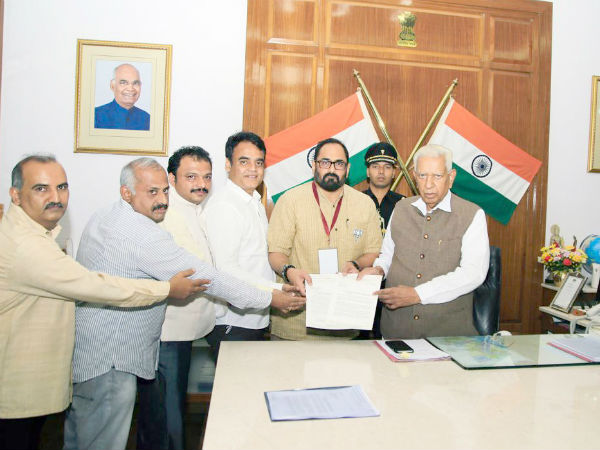 BJP delegation submits memorandum to Governor to initiate action against Kumaraswamy
