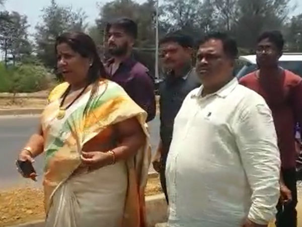BJP MLA Rupali Naik shouted to JDS activist in Karwar