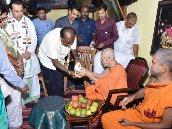 Chief Minister Kumaraswamy visited Sri Krishna Matha