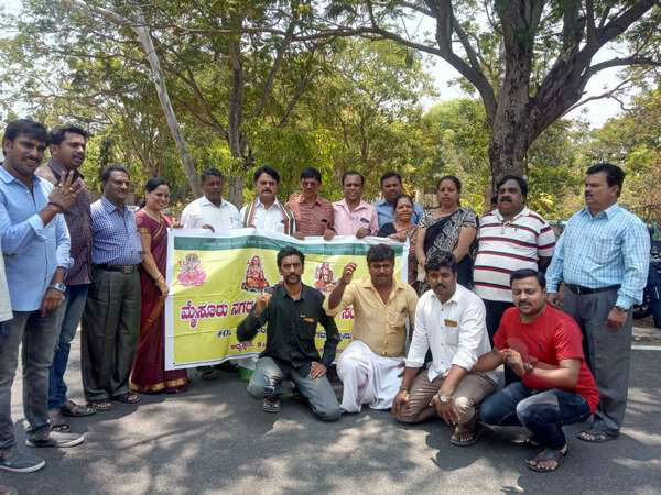 Mysuru Brahmins Association members protest against satish jarkiholi