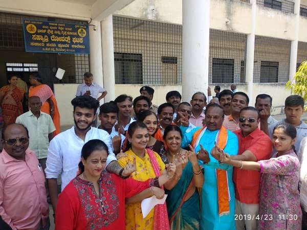 Congress, BJP and JDS leaders cast thier vote in Shivamogga