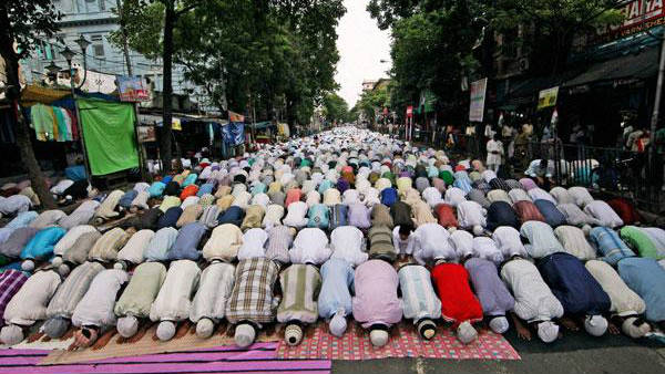 To protest against Namaz in road, BJP recite Hanuman chalis in Howrah road