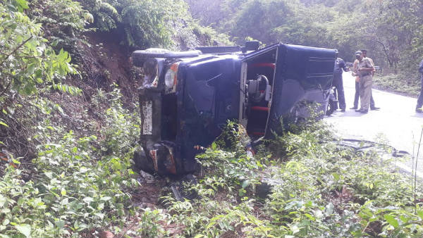 minister RV Deshpande escort vehicle tumbled in Karwar