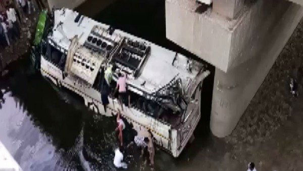 Many people dead after bus fell in to the drain in Yamuna express way