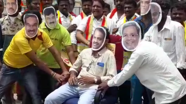 protests against politicians with chair in Davanagere