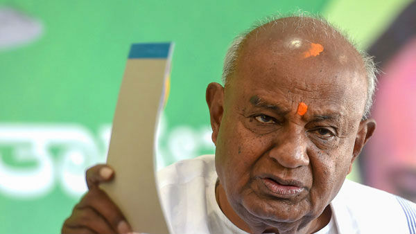 Deve Gowda gave 2 lakh rupees to CM relief fund