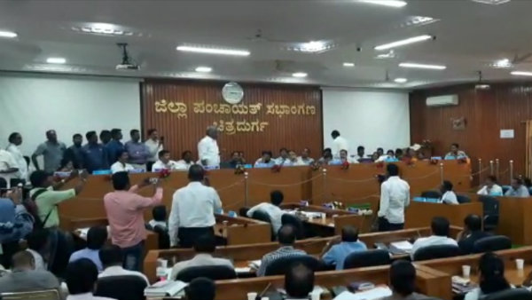 Fight Between Holalkere MLA M Chandrapappa And SP Arun At Kdp Meeting