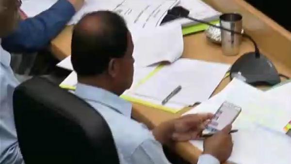 ರಾಮನಗರ; ಅತ್ತ ಡಿಸಿಎಂ ಸಭೆ, ಇತ್ತ ಅಧಿಕಾರಿಗಳ ಮೊಬೈಲ್ ಆಟ