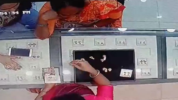 Two Women Theft Gold In Shivamogga Captured In CC Tv