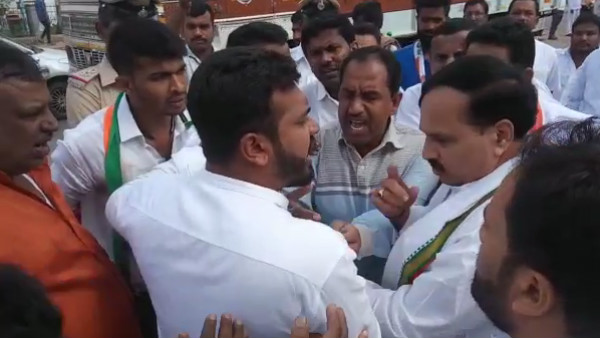 Congress Local Leaders Fight On Road In Chikkamagaluru