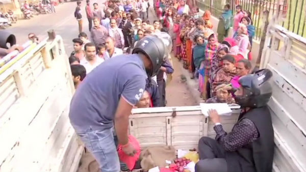 Bihar State Co Operative Society Employee Sell Onion By Wearing Helmet