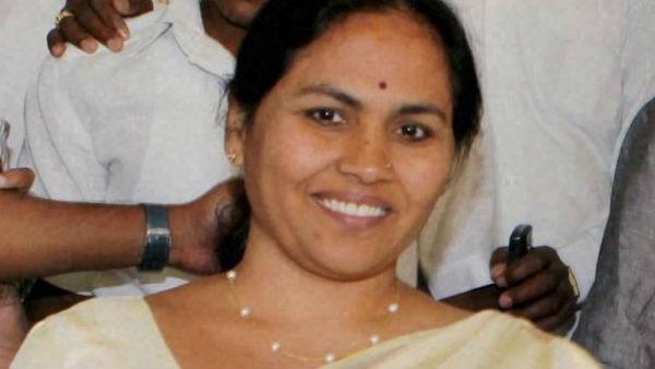 ಸಿದ್ದರಾಮಯ್ಯ, ಕುಮಾರಸ್ವಾಮಿ ಬುಟ್ಟಿಯಲ್ಲಿರುವ ಹಲ್ಲಿಲ್ಲದ ಹಾವು: ಶೋಭಾ