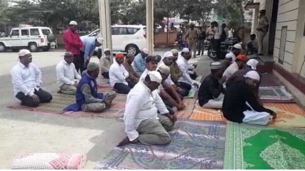 Muslims Namaz Infront Of Police Station In Davanagere