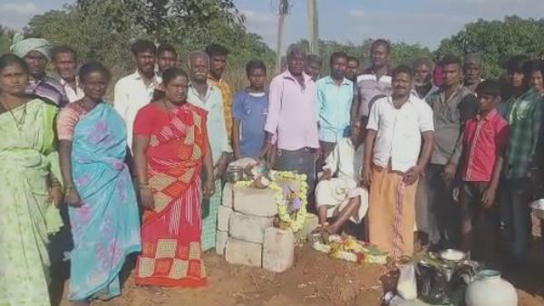People Performed Funeral Of Monkey In Davanagere