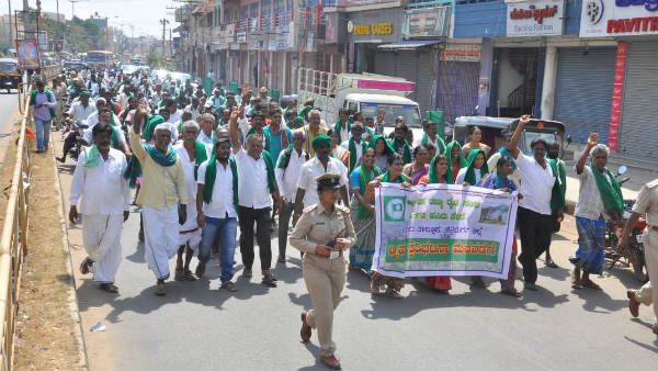 Hiriyuru Farmers Protest To Release Water From VV Sagar Dam