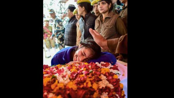 ಕಣ್ಣೀರಿನಲ್ಲಿ ಕೈ ತೊಳೆಯುತ್ತಿದ್ದಾರೆ ಪುಲ್ವಾಮಾ ಹುತಾತ್ಮ ಯೋಧನ ತಂದೆ ತಾಯಿ
