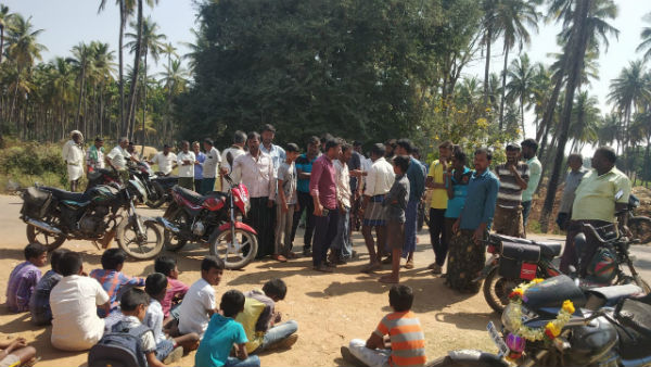 Students Villagers Closed School Gate For Late Coming Teacher In Ajjampura