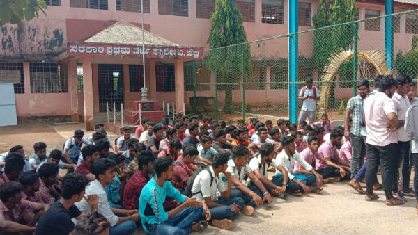 Student Suicide Case: Protest In Front of Hebri College