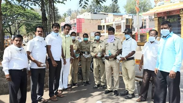 HD Kumarswamy Fans Help To Civil Labors And Police In Ramanagara