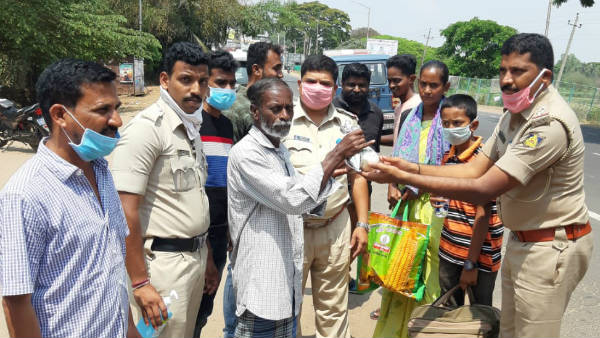 Piriyapattana Police Helped Poor By Giving Them Food