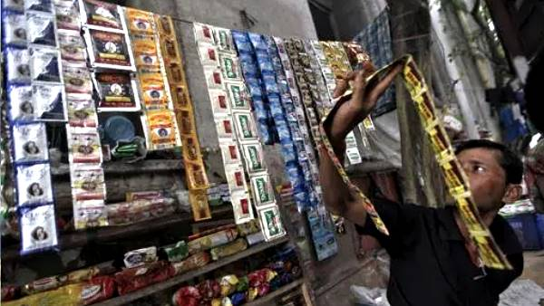 People Stand Long Line To Buy Gutka In Manvi