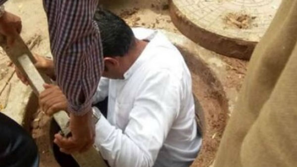 Mangaluru Corporator manohar Shetty Entering Manhole to Clean Drain Garbage; Pic Goes Viral