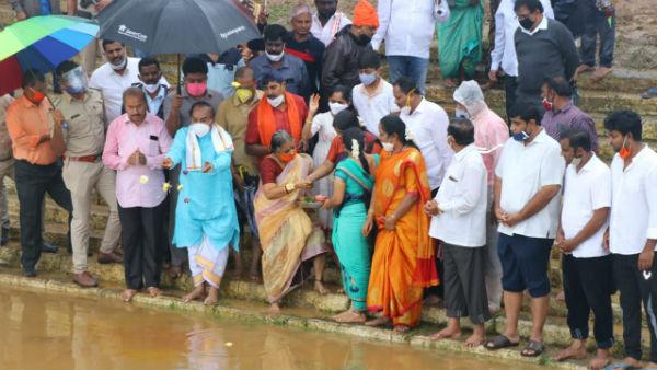 ಮೈದುಂಬಿ ಹರಿಯುತ್ತಿರುವ ತುಂಗಾ ನದಿಗೆ ಸಚಿವ ಕೆ.ಎಸ್ ಈಶ್ವರಪ್ಪ ಬಾಗಿನ ಅರ್ಪಣೆ