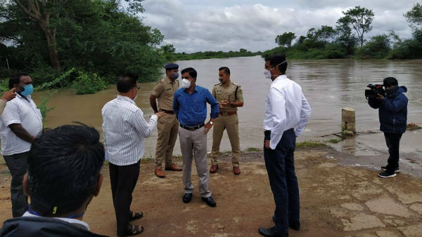 Gadag DC Inspects Flood Situation Of Benne Halla