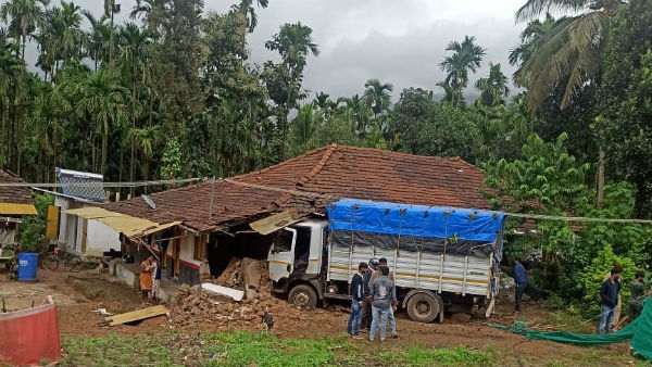 Chikkamagaluru: Lorry Rushed To Home In Jenugadde Village