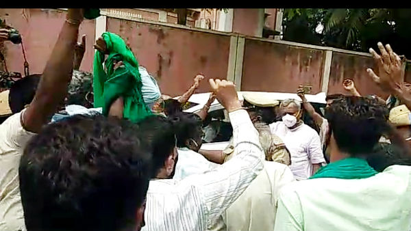 Mysuru: Farmers Stopped ST Somashekhar Car And Protested In Shankar Mutt
