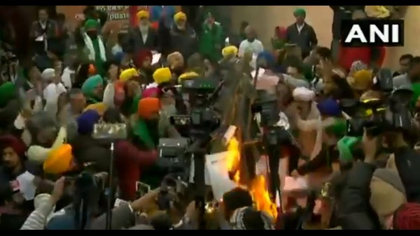 Video: Farmers Burn Farm Laws Copies At Singhu Border And Vow to Continue Protest