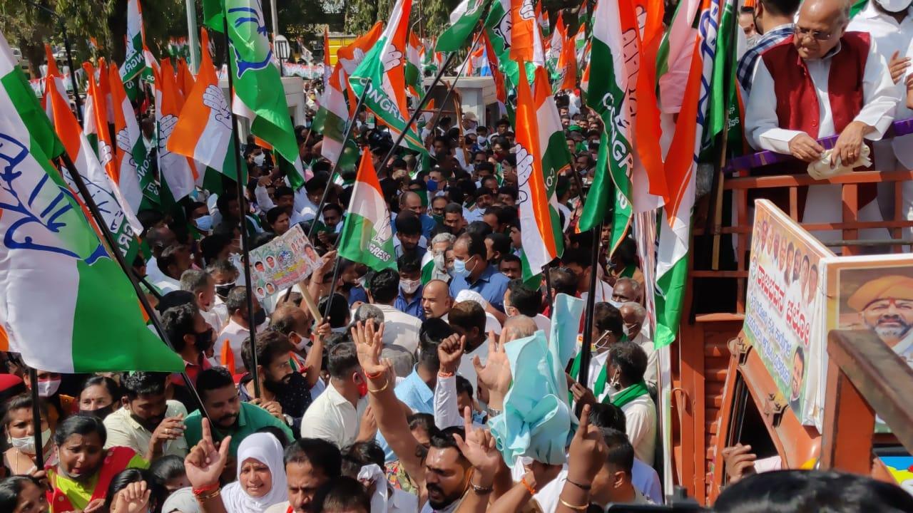 ಕಾಂಗ್ರೆಸ್ನಿಂದ ರಾಜಭವನ ಚಲೋ: ಹೆದ್ದಾರಿ ತಡೆದು ಪ್ರತಿಭಟನೆ