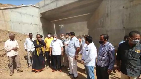 Video: Jagadish Shettar escapes unhurt while inspecting Railway work
