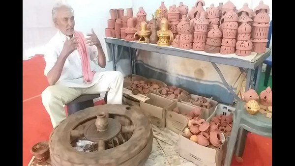 Mysuru: Minister CC Patil Was Give 2000 Rs Prize To Clay Sculptor