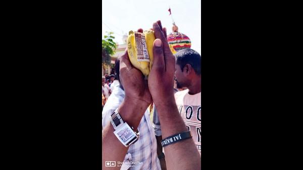 ತೇರುಮಲ್ಲೇಶ್ವರ ರಥೋತ್ಸವದಲ್ಲಿ ಬಾಳೆ ಹಣ್ಣು ಹಾಗೂ ಹತ್ತು ರುಪಾಯಿ ನೋಟಿನ ಮೇಲೆ 'ಜೈ ಆರ್ಸಿಬಿ'