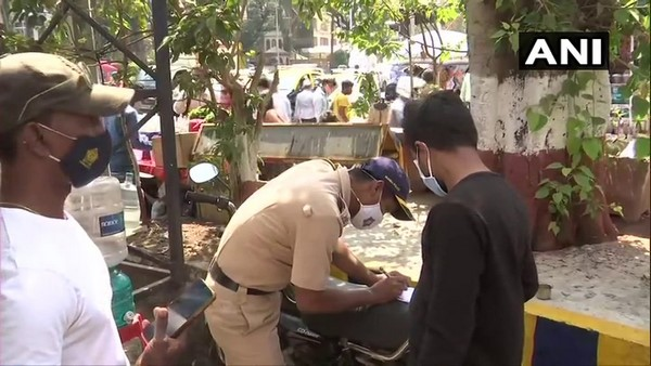 Mumbai Police Gave Mask To Those Who Not Wear Mask, And Also Penalised Rs 200 Fine To Them