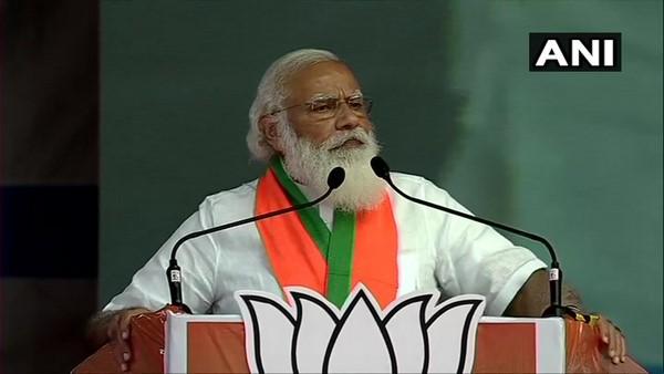 ನಿಮ್ಮ ಮಾಜಿ ಸಿಎಂ ಕಾಂಗ್ರೆಸ್ನ ಹಿರಿಯ ನಾಯಕರ ಚಪ್ಪಲಿ ಎತ್ತುವುದರಲ್ಲಿ ನಿಷ್ಣಾತರು: ಮೋದಿ