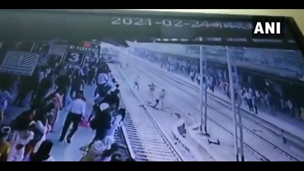 RPF Personnel Saved A Man Who Attempt To Suicide At Mumbai Railways Station