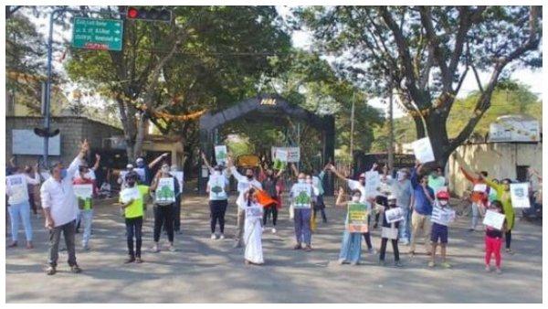 ಬೆಂಗಳೂರು: ಎಚ್ಎಎಲ್ ಜಂಕ್ಷನ್ನಲ್ಲಿ ಮರಗಳನ್ನು ಉಳಿಸಲು ಮಾನವ ಸರಪಳಿ