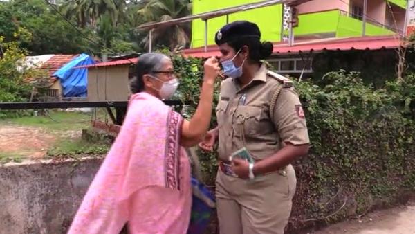 ವಿಡಿಯೋ: ಮಹಿಳಾ ಪೊಲೀಸ್ಗೆ ಮಾಸ್ಕ್ ಸರಿ ಹಾಕುವಂತೆ ಸೂಚಿಸಿದ ವೃದ್ಧೆ