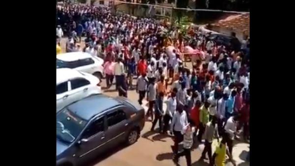 ಬೆಳಗಾವಿ: ಕೋವಿಡ್ ನಿಯಮ ಮೀರಿ ಕುದುರೆಯ ಅಂತ್ಯಕ್ರಿಯೆಯಲ್ಲಿ ನೂರಾರು ಜನರು