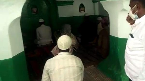 ಬೀದರ್: ಲಾಕ್ಡೌನ್ ನಿಯಮ ಉಲ್ಲಂಘಿಸಿ ಮಸೀದಿಯಲ್ಲಿ ಸಾಮೂಹಿಕ ನಮಾಜ್