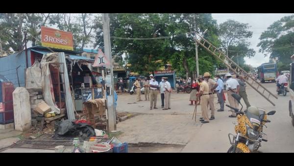 ಮೈಸೂರು; ಲಾಕ್ಡೌನ್ನಲ್ಲಿ ಜೆಸಿಬಿ ಘರ್ಜನೆ, ಅಕ್ರಮ ಕಟ್ಟಡ ತೆರವು