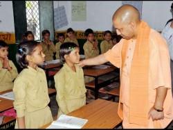 Yogi Aditiyanath Encouraging A Shcool Student In Jhansi