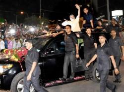 Pm Narendra Modi Stops Car To Meet 4 Year Old
